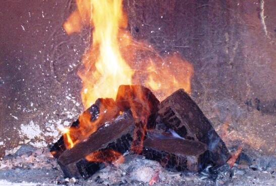 горіння брикету з торфу