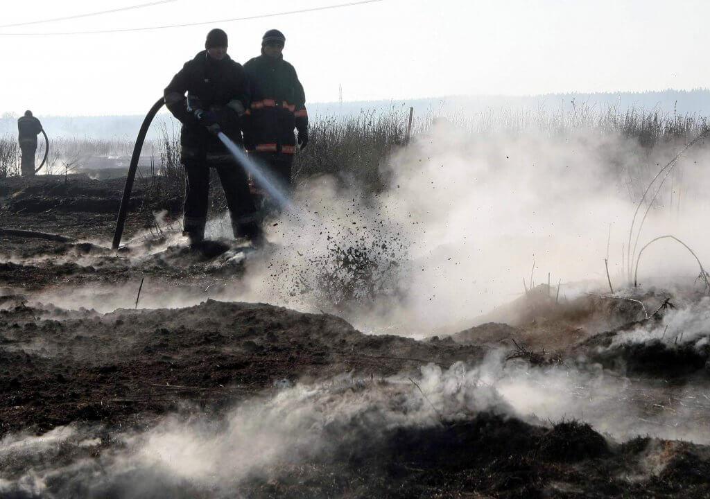 Рятувальники продовжують гасити палаючий торф на полі у Житомирській області